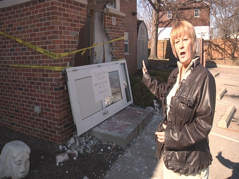 Carbondale Il Car Crashes Into Women S Center
